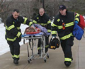 Los sanitarios evacúan a una de las heridas. (Foto: AP)