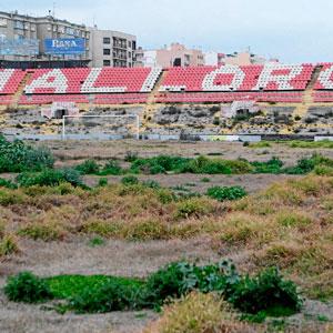 En la imagen se aprecia lo que queda de lo que antes era un césped de primera división (Foto: Jordi Avellà)