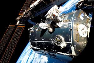 El astronauta alemán Hans Schlegel realiza un paseo espacial en el exterior de la ISS el pasado miércoles. (Foto: REUTERS/NASA)