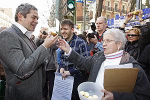 Boris Izaguirre durante la concentración ante la sede del PP. (Foto: EFE)