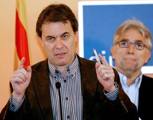 Artur Mas, junto a Josep Sánchez Llibre, durante su comparecencia ante la prensa. (Foto: EFE)