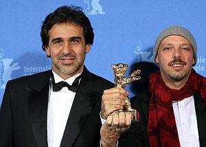 El director Jose Padilha (derecha) y el productor Marcos Prado, con el Oso de Oro. (Foto: AFP)
