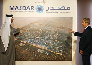 George W. Bush observa un cartel del proyecto en una visita al país. (Foto: REUTERS)