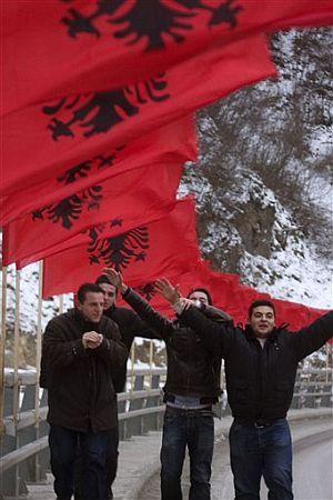 Jóvenes albanokosovares celebraban este sábado la independencia. (Foto: AFP)