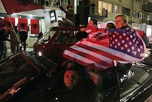 Las banderas estadounidenses y europeas se han mezclado con las kosovares durante las celebraciones de independencia. (Foto: AP)