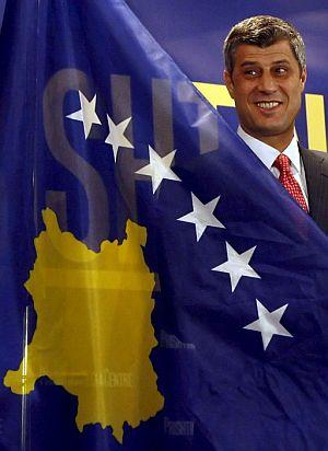 El primer ministro kosovar, Hashim Thaci, muestra la nueva bandera del país. (Foto: EFE)