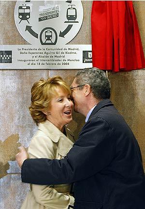 El alcalde besa a la presidenta. (Foto: Efe)