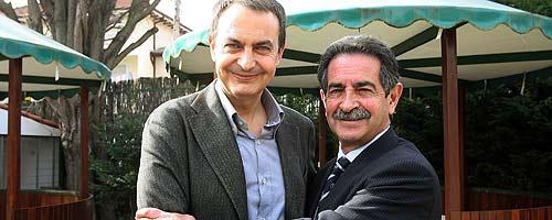 Revilla abraza a Zapatero. (Foto: EFE)