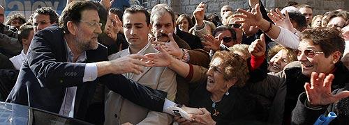 Rajoy saluda a unos simpatizantes. (Foto: EFE)