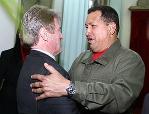 Chávez Kouchner en su encuentro en el Palacio de Miraflores. (Foto:AFP)