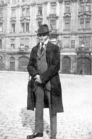 El filósofo en una calle del casco antiguo de Praga.