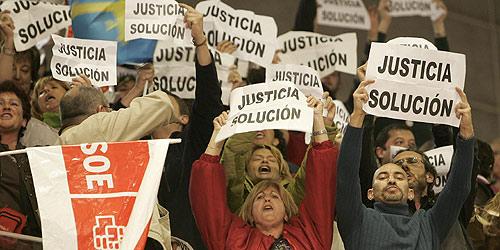 Funcionarios de Justicia protestan en el mitin de Zapatero en Gijón. (Foto: Alonso González)