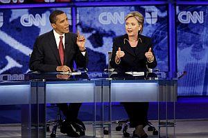 Obama y Clinton, en un momento del debate en la Universidad de Austin (Texas). (Foto: EFE)