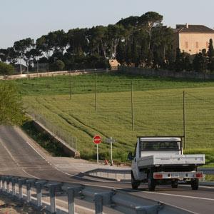 Un camión circula por una carretera de Mallorca. (Foto: Jordi Avellà)