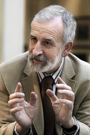 Salvador Gutiérrez en un momento de la entrevista. (Foto: Emilio Naranjo/EFE)