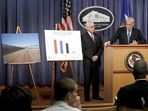 El secretario de Seguridad Nacional de EEUU, Michael Chertoff (d) y el secretario de Justicia, Michael Mukasey, durante la rueda de prensa. (Foto: EFE)