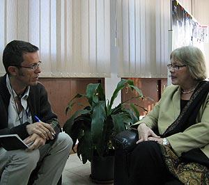 El periodista y la entrevistada, en otro instante del encuentro en Beirut. (Foto: M. G. P.)