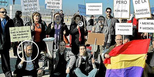 Los concentrados, antes de que comenzaran los incidentes. A la izquierad, el portavoz de IU, Eugenio Santos. (Foto: Diego Sinova)