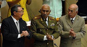 El nuevo presidente de Cuba, Raúl Castro (i), aplaude junto a los vicepresidentes comandante Juan Almeida (c), y José Ramón Machado Ventura (d). (Foto: EFE)