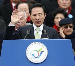 Lee Myung-bak en el momento del juramento del cargo. (Foto: AP)