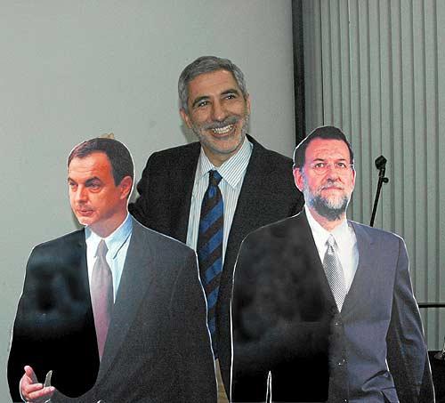 Llamazares, con dos muñecos de cartón de Zapatero y Rajoy en la Universidad de Murcia.