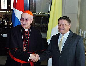 El canciller cubano Felipe Pérez Roque recibe al secretario de Estado del Vaticano, cardenal Tarcisio Bertone en La Habana. (Foto: EFE)