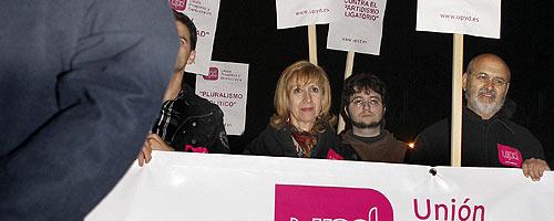 Rosa Díez, junto a algunos de sus simpatizantes en la concentración. (Foto: EFE)