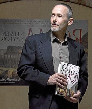 Steven Saylor con su libro. (Foto: Antonio Heredia)