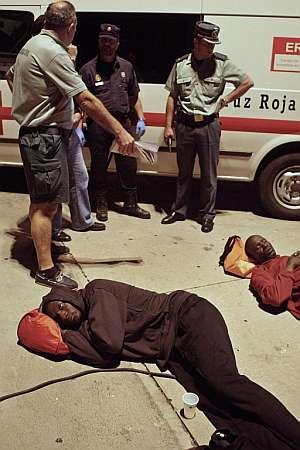 Dos de los 131 inmigrantes, exhaustos tras la larga travesía. (Foto: EFE)