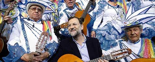Rajoy, junto a miembros de un grupo musical en un acto en Tenerife. (Foto: EFE)