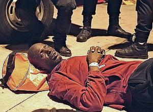 Imagen de uno de los 131 inmigrantes africanos llegados a Tenerife este miércoles. (Foto: EFE)