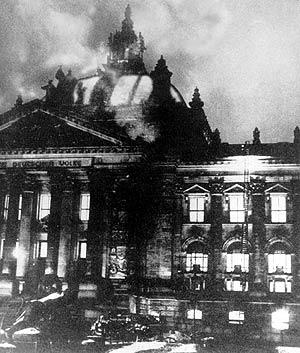 El Reichstag, durante el incendio. (Foto: AP)