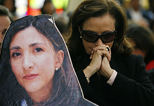 Yolanda Pulecio, madre de Ingrid Betancourt, reza junto a una foto de su hija secuestrada durante una misa. (Foto: REUTERS)