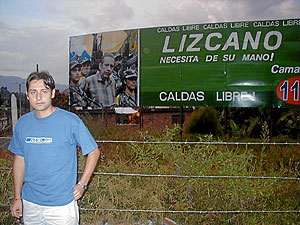 El hijo de Óscar Tulio Lizcano posa con un cartel que muestra a su padre secuestrado. (Foto: EL MUNDO)