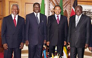 De izq. a dcha., Kofi Annan, Raila Odinga, Jakaya Kekwete y Mwai Kibaki, antes de firmar el acuerdo. (Foto: AFP)