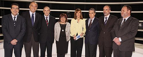 Foto de familia con Ana Blanco y los siete participantes en el debate.