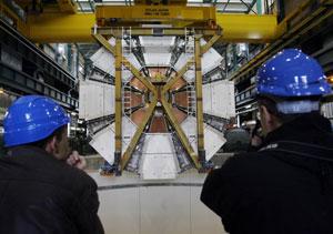 Dos operarios observan el proceso de intalación de la última pieza del ATLAS. (Foto: REUTERS)