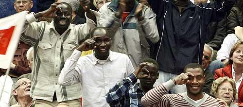 Un grupo de inmigrantes sigue el mitin de Zapatero en Murcia. (Foto. EFE)