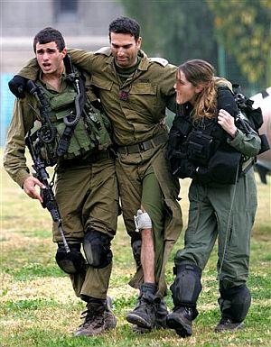 Un soldado israelí es evacuado por sus compañeros. (Foto: AP) Más imágenes
