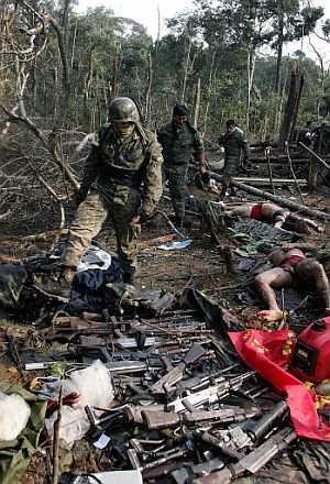 Tropas ecuatorianas descubren uno de los cadáveres que dejó la operación contra 'Raúl Reyes'. (Foto: EFE)