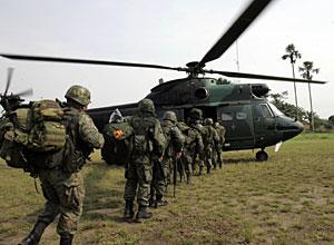 Soldados ecuatorianos, rumbo a la frontera con Colombia. (Foto: AP)