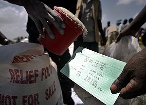 Desplazados kenianos reciben raciones de comida. (Foto: AFP)