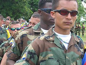 Paramilitares colombianos en una ceremonia de desmovilización. (Foto: Salud Hernández)