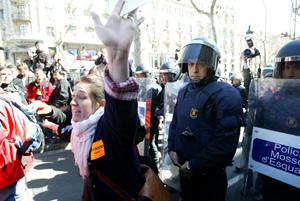 Una joven gesticula y protesta ante la presencia de los Mossos. (Foto: Domènec Umbert)