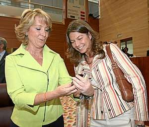 La presidenta Esperanza Aguirre y la consejera Lucía Figar, en la Asamblea de Madrid. (Foto: Alberto Cuéllar)
