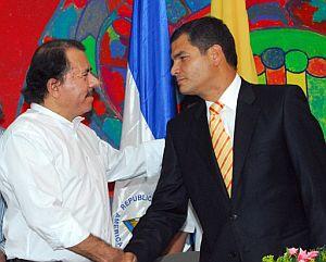 El presidente de Nicaragua, Daniel Ortega, saluda al de Ecuador, Rafael Correa. (Foto: EFE)