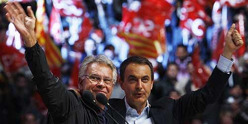 Zapatero y Felipe González en el Palau Sant Jordi. (Foto: EFE)