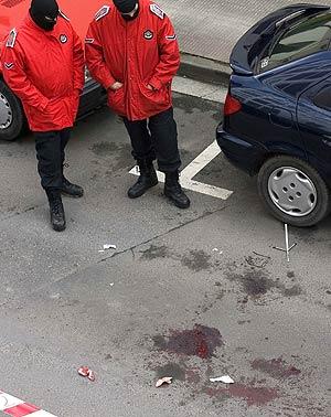 Dos agentes de la Ertzaintza, en el lugar del atentado. (Foto: EFE)