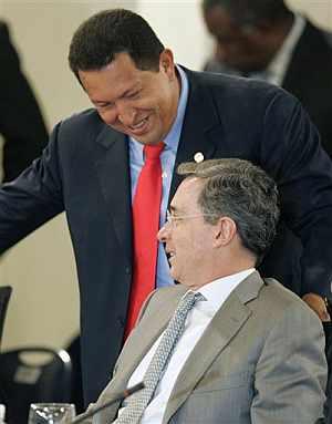 Chávez conversa con Uribe durante la cumbre del Grupo de Río. (Foto: AP)