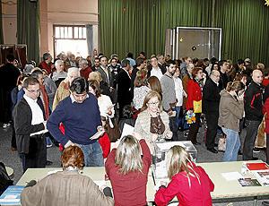 Gran asistencia a un colegio electoral de Valencia. (Foto: Johnny Bonet)